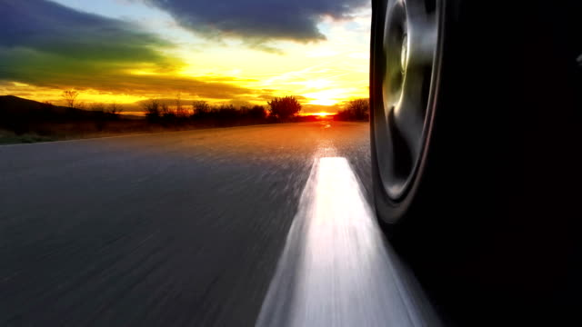 vídeos de stock e filmes b-roll de driving sunset sunrise point of view shot along empty highway - sul