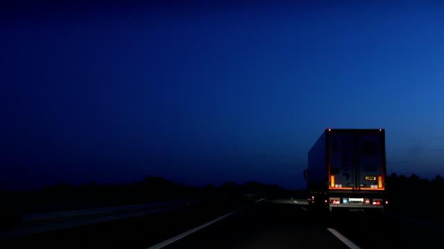 vidéos et rushes de l'autoroute de la conduite de nuit - route surélevée