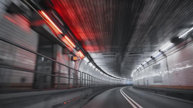 stockvideo's en b-roll-footage met rijden de holland tunnel van manhattan naar jersey city zonder verkeer. het standpunt van de bestuurder. - stadsweg