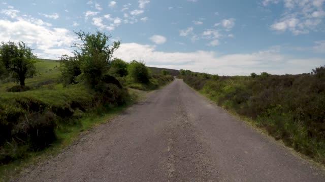 エクスムーア国立公園の美しいダンケリービーコン丘を通って運転するpov - 叙情的な内容点の映像素材/bロール