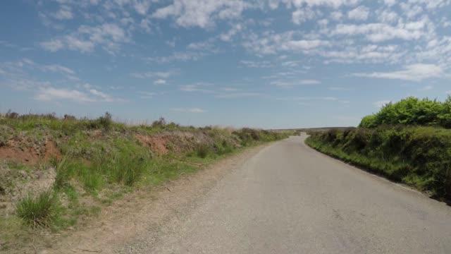 エクスムーア国立公園フルカーストップのダンケリービーコンヒルを通って運転するpov - 叙情的な内容点の映像素材/bロール