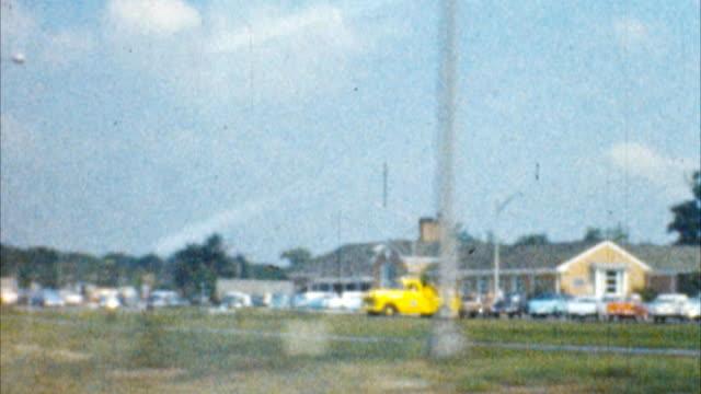 ドライブスルーミッドウェスト(アーカイブ 1950 s - 州間高速道路点の映像素材/bロール