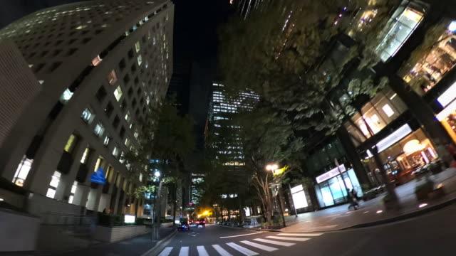 夜の超高層ビルをドライブ - ローアングル点の映像素材/bロール