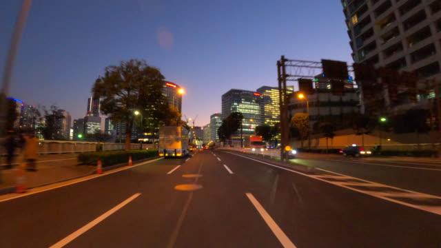 att köra genom staden i skymningen - ultra high definition television bildbanksvideor och videomaterial från bakom kulisserna