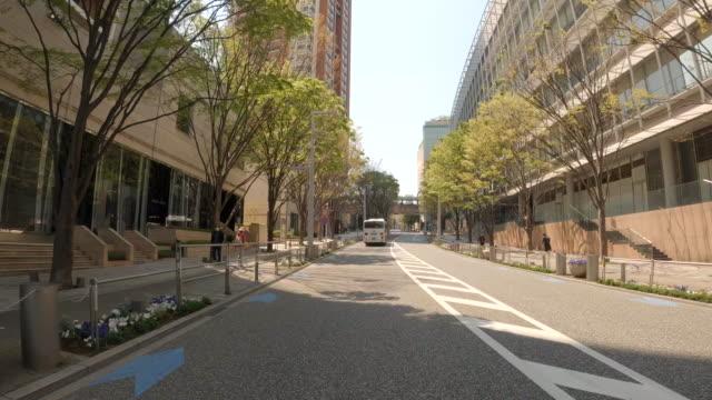 vídeos de stock, filmes e b-roll de dirigindo pela cidade / keyakizaka - veículo terrestre