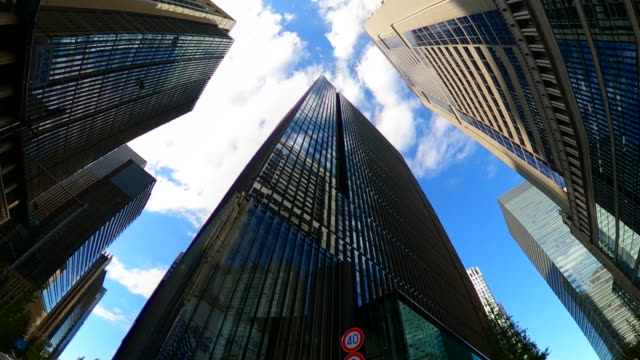 driving through the city / looking directly up at the skyline - quartiere generale video stock e b–roll