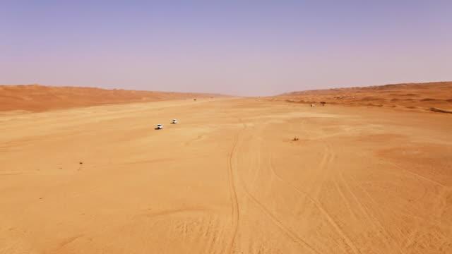 vídeos de stock, filmes e b-roll de condução aérea através do deserto em oman - multicóptero