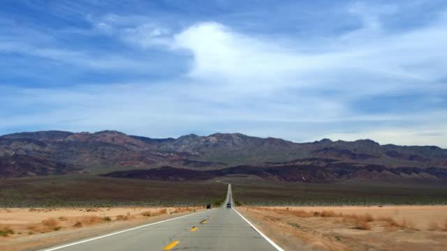 vídeos de stock e filmes b-roll de driving through the desert landscape, death valley national park in california - parque nacional do vale da morte