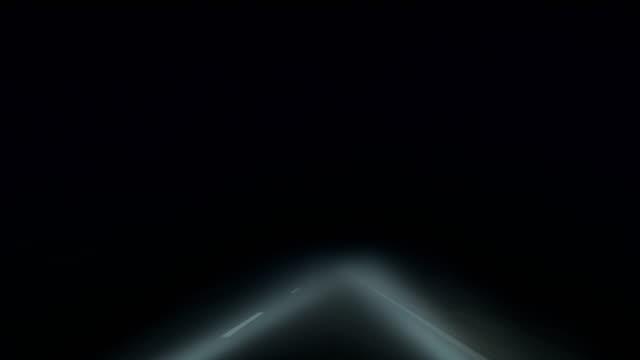 stockvideo's en b-roll-footage met 's nachts door de mist rijden - mist donker auto