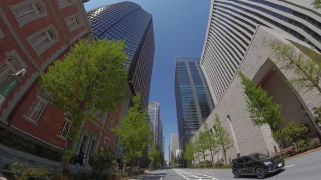 vídeos de stock e filmes b-roll de driving through the tokyo / unusually light traffic / corona time - coroa