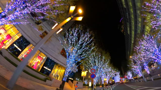 東京・六本木・瀬滝坂で冬の夜のイルミネーションを駆け抜ける - 街灯点の映像素材/bロール