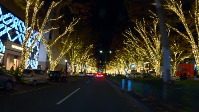 vidéos et rushes de conduite par l'illumination de nuit d'hiver dans omotesando, tokyo - avenue