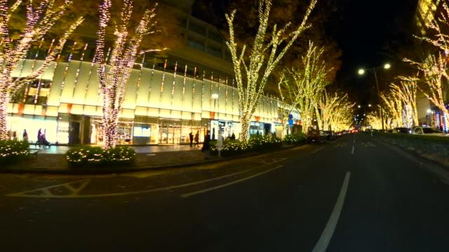 東京・表参道で冬の夜のイルミネーションを駆け抜ける - 街灯点の映像素材/bロール