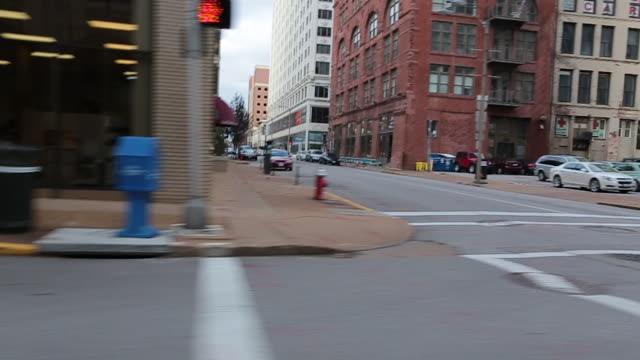 jazda korytem ulicami miasta st. louis - st louis filmów i materiałów b-roll