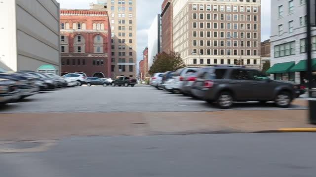 세인트 루이스 시내 거리 운전 - st louis 스톡 비디오 및 b-롤 화면