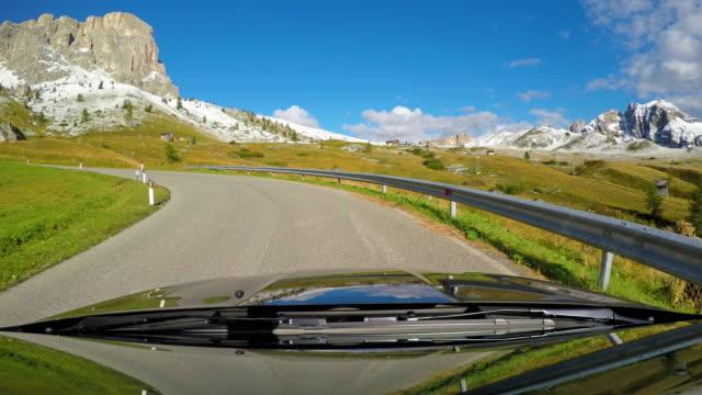 ドロミテ、イタリアで山道を運転 - 曲線点の映像素材/bロール