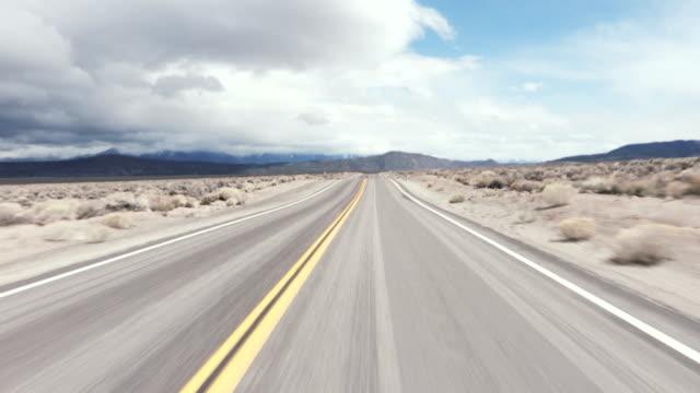 driving usa: spectacular roller coaster road through the desert, california, usa - długi filmów i materiałów b-roll