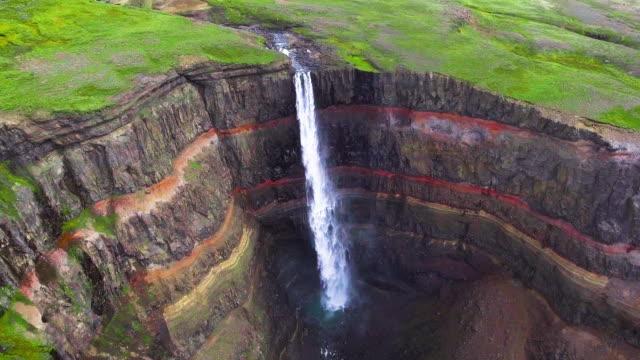 Imágenes aéreas de drones de la cascada de Aldeyjarfoss en el norte de Islandia. - vídeo