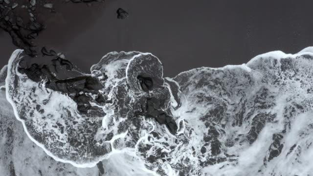 ドローンの空中グラフィック白い海の泡と黒砂浜、セイクサル、マデイラ島、ポルトガル。 - 都市 モノクロ点の映像素材/bロール