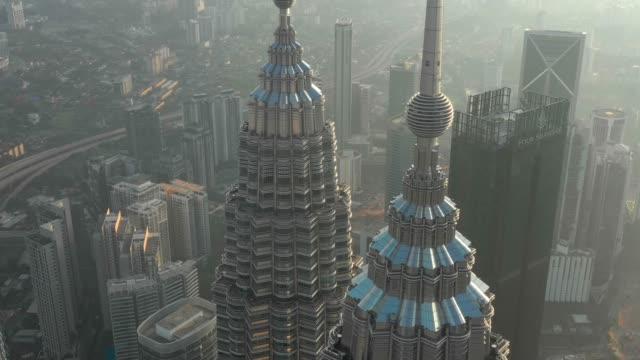 drone antenn scen flyga runt kl tornet i kuala lumpur malaysia visa i dag tid 4k video - petronas twin towers bildbanksvideor och videomaterial från bakom kulisserna