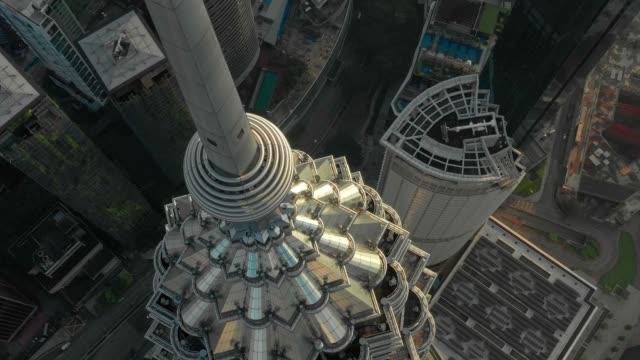 drone aerial scen av fluga närbild över petronas tvilling torn i kuala lumpur malaysia visa i dag tid 4k video - petronas twin towers bildbanksvideor och videomaterial från bakom kulisserna