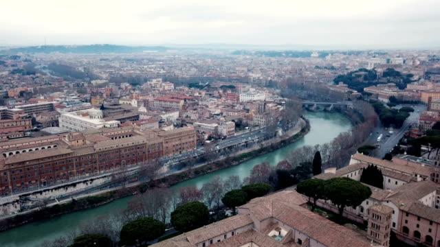4k drone antenn video av rom med floden tibern passerar det - basilika katedral bildbanksvideor och videomaterial från bakom kulisserna