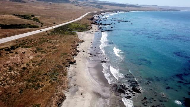 vídeos de stock e filmes b-roll de 4k drone aerial video of the california coastline with mountains by big sur - big sur