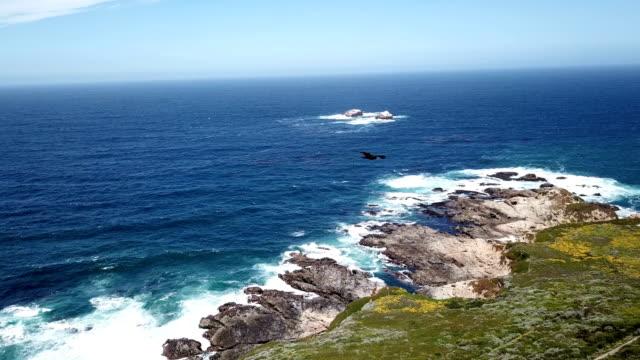 vídeos de stock e filmes b-roll de 4k drone aerial video of the california coastline with mountains by big sur - estrada 001