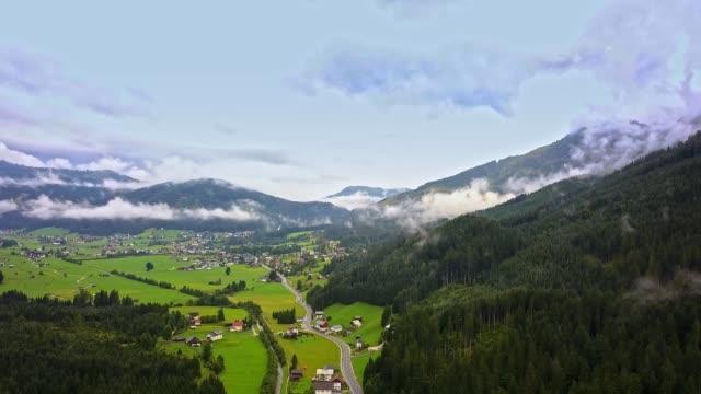 無人空撮 - オーストリア、アルプス上空を飛行 - チロル州点の映像素材/bロール