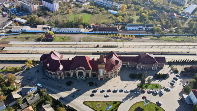 vista aerea drone in città sulla stazione ferroviaria di uzhgorod a zakarpattya ucraina - transcarpazia video stock e b–roll