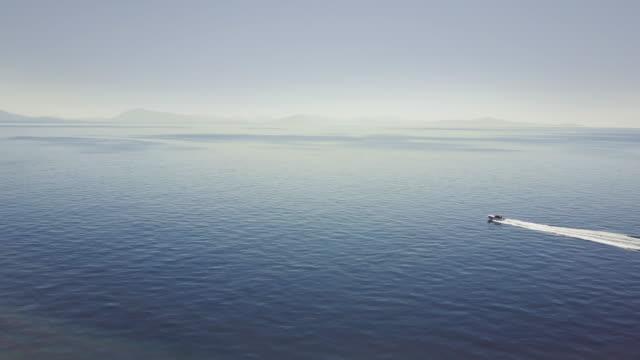 Drohne-Luftbild von einem Boot Segeln das Meer Amalfi Küste – Video