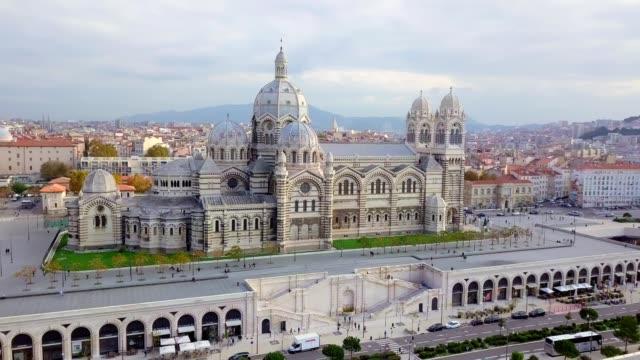 stockvideo's en b-roll-footage met drone aerial view van cathedrale major de major werd gebouwd in neo-byzantijnse stijl tussen 1852 en 1893 op de plannen van de architect léon vaudoyer. gelegen in de wijk joliette - marseille