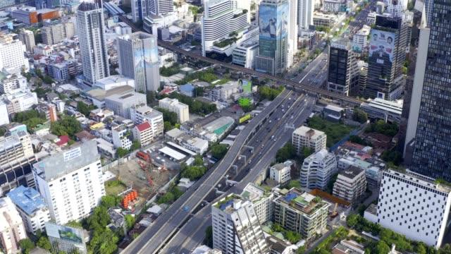 도심 도심 고층 건물 금융 지구 방콕 태국의 무인 항공기 공중 보기 - 틸트 스톡 비디오 및 b-롤 화면