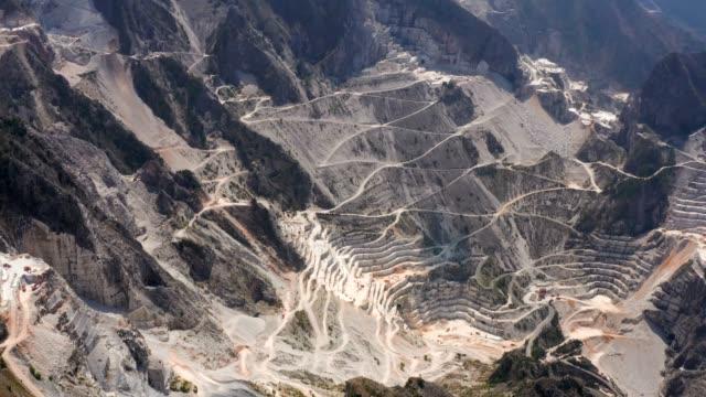 drone aerial utsikt över berömda marble cave i carrara, toscana, italien - marble bildbanksvideor och videomaterial från bakom kulisserna