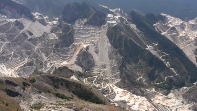 stockvideo's en b-roll-footage met drone luchtfoto van beroemde marmeren grot in carrara, toscane, italië - marmer