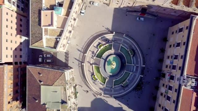 drone aerial view of pretoria fountain in palermo, italy,  a monumental fountain of palermo. it is located in the heart of the historic centre and represents the most important landmark of piazza pretoria - palermo città video stock e b–roll
