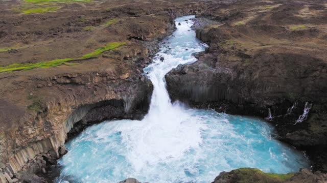 Vista aérea de drones de la cascada de Aldeyjarfoss en el norte de Islandia. - vídeo