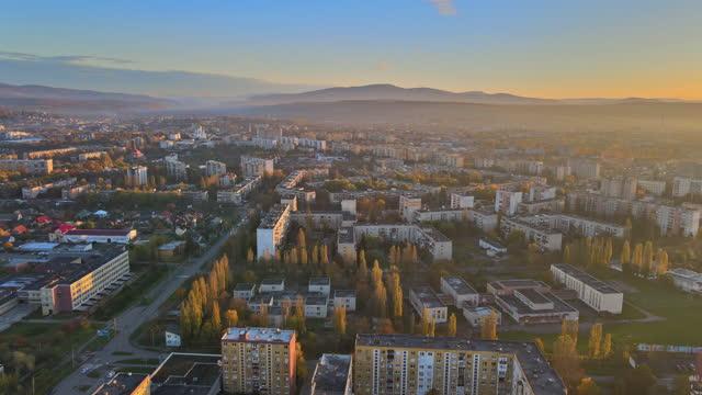 vista aerea del drone del nebbioso durante la vista dell'alba nella zona residenziale sulla città di uzhhorod zakarpattya ucraina - transcarpazia video stock e b–roll