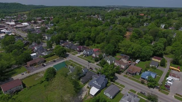 vista aerea drone della città di corydon kentucky - piccolo video stock e b–roll
