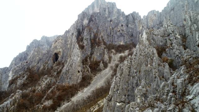 stockvideo's en b-roll-footage met drone: luchtfoto van zeer hoge gekartelde rotsformaties zoals naalden, klimmen bestemming, extreme sporten, hoog gelegen grotten, nationaal park, close-up, reizen bestemming - geologie