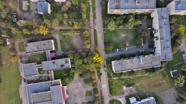 vista aerea drone sulla città di uzhhorod sulla zona residenziale di zakarpattya - transcarpazia video stock e b–roll