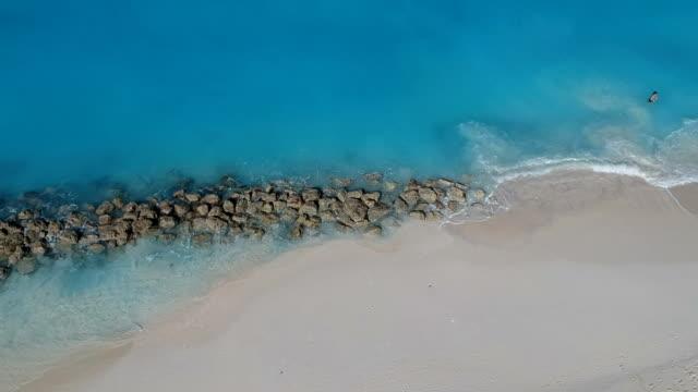 stockvideo's en b-roll-footage met drone oplopende antenne voor jetty in grace bay, providenciales, turks- en caicoseilanden - grace bay
