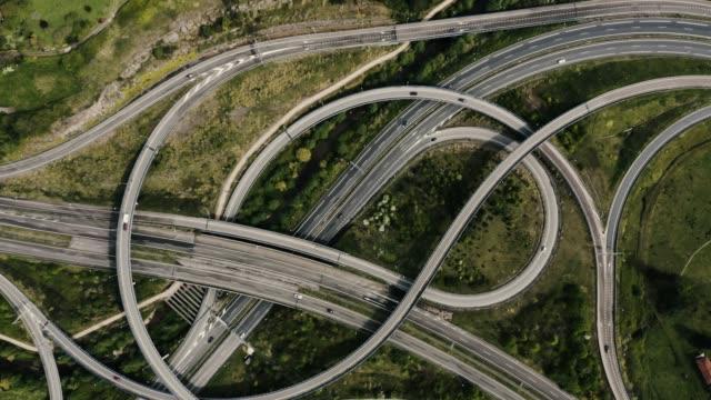 Drohne steigt und dreht schnell über große Autobahn – Video
