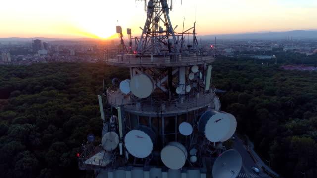 vídeos y material grabado en eventos de stock de drone ascendente cerca de torre de radio en puesta del sol paisaje hermoso revelador - mástil