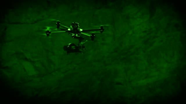 산 골짜기에서 황혼에 무인 비행기 - 무인항공기 스톡 비디오 및 b-롤 화면