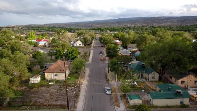 vídeos y material grabado en eventos de stock de un drone clip de un antiguo vecindario establecido que se ha deteriorado con el tiempo de la pobreza, el bajo ingreso y uso de drogas - servicios sociales