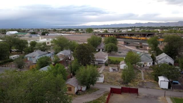 stockvideo's en b-roll-footage met een drone clip van een oude gevestigde wijk die vervallen is geworden in de tijd van armoede, laag inkomen en drugsgebruik - verlaten slechte staat
