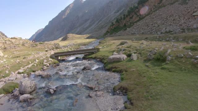 vidéos et rushes de drone clip vignemale fpv vidéo 4k - paysage extrême