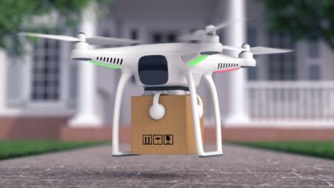 ronzio consegna un pacco in fron della casa - drone video stock e b–roll