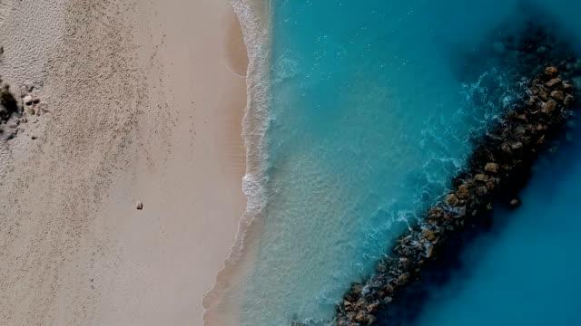 stockvideo's en b-roll-footage met drone aflopende antenne voor jetty in grace bay, providenciales, turks- en caicoseilanden - providenciales